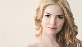 Schönheits-Modell mit perfekter frischer Haut und den langen Wimpern Lizenzfreie Stockfotografie