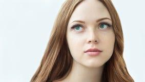 Schönheits-Modell mit perfekter frischer Haut und den langen Wimpern Lizenzfreie Stockfotos