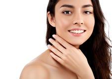 Schönheits-Modellmädchen des Frauengesichtsnahaufnahmeporträts schönes mit den schönen Lächelnzähnen und -hand lizenzfreies stockfoto