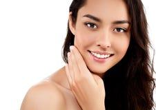 Schönheits-Modellmädchen des Frauengesichtsnahaufnahmeporträts schönes mit den schönen Lächelnzähnen und -hand stockbilder