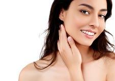 Schönheits-Modellmädchen des Frauengesichtsnahaufnahmeporträts schönes mit den schönen Lächelnzähnen und -hand stockfotos