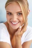 Schönheits-Porträt der Frau mit dem schönen Lächeln-frisches Gesichts-Lächeln stockbild
