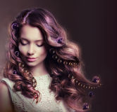 Schönheits-Porträt der jungen Frau mit den flüssigen Haaren stockfotos