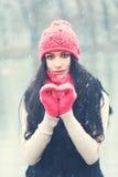 Schönheits-Porträt des Mädchens mit Herzen auf Winter-Hintergrund Stockfoto