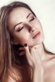 Schönheits-Porträt. Schöne Badekurort-Frau, die ihr Gesicht berührt. Lizenzfreies Stockfoto