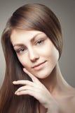 Schönheits-Porträt-Zauber-schönes junge Frauen-rührendes Gesicht stockbild