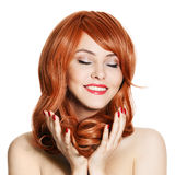 Schönheits-Portrait. Lockiges Haar. Weißer Hintergrund Lizenzfreie Stockfotografie