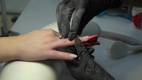 Schönheits-Saal Beautician, der weibliche Nägel poliert Der Manikürist tut eine Maniküre ein Mädchen an Nahaufnahme 4K stock video footage