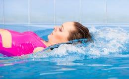 Schönheits-Schwimmen im Pool Stockbild