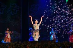 Schönheits-Tanzen in der Bühnenshow in der Show des neuen Jahres Lizenzfreies Stockfoto