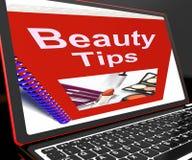 Schönheits-Tipps auf dem Laptop, der Make-upandeutungen zeigt Lizenzfreie Stockfotografie