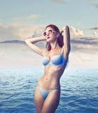 Schönheits-tragende Sonnenbrillen stockfoto