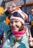 Schönheits-Winter-Mädchen-Schlagschnee in eisigem Winter Park draußen Fliegenschneeflocken Sonniger Tag Hintergrundbeleuchtet Sch stockfoto
