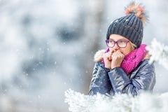 Schönheits-Winter-Mädchen-Schlagschnee im eisigen Winterpark oder draußen Mädchen und Winterkühles wetter Stockfotos
