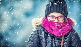 Schönheits-Winter-Mädchen-Schlagschnee im eisigen Winterpark oder draußen Mädchen und Winterkühles wetter Stockfoto