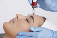 Schönheitsbehandlung am Kosmetiker Lizenzfreie Stockbilder