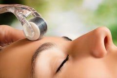 Schönheitsbehandlung mit Haut derma Rolle stockfotos