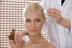 Schönheitsbehandlung von der Krankenschwester Lizenzfreie Stockbilder