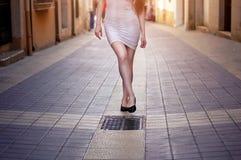 Schönheitsbeine, gehend auf die Europa-Straße stockfotos