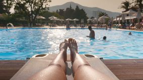 Schönheitsbeine nähern sich Swimmingpool stock video footage