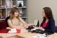 Schönheitsberater im Büro mit einem Mädchen Lizenzfreie Stockfotos