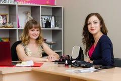 Schönheitsberater am Kunden im Büro Lizenzfreies Stockfoto