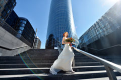 Schönheitsbraut im Brautkleid mit Blumenstrauß auf der Natur Lizenzfreie Stockfotos