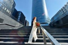 Schönheitsbraut im Brautkleid mit Blumenstrauß auf der Natur Stockbilder