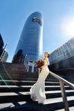 Schönheitsbraut im Brautkleid mit Blumenstrauß auf der Natur Stockfotos