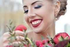 Schönheitsbraut im Brautkleid mit Blumenstrauß- und Spitzeschleier Lizenzfreie Stockfotografie