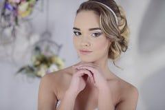 Schönheitsbraut im Brautkleid zuhause Lizenzfreies Stockfoto