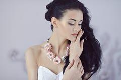 Schönheitsbraut im Brautkleid zuhause Stockbilder