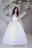Schönheitsbraut im Brautkleid zuhause Lizenzfreie Stockfotografie