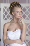 Schönheitsbraut im Brautkleid zuhause Lizenzfreies Stockbild