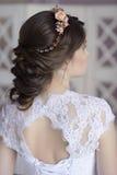 Schönheitsbraut im Brautkleid zuhause Lizenzfreie Stockbilder