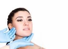 Schönheitseinspritzung durch Doktor in den blauen Handschuhen Junge Frau im Schönheitssalon Freier Platz für Text