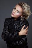 Schönheitsfelsenfrau in einer schwarzen Lederjacke Stockbilder