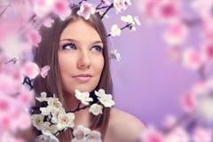 Schönheitsfrühlingsfrau lizenzfreies stockbild