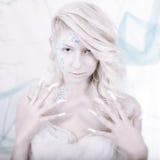 Schönheitsfrau als Schneekönigin im Winter Stockbilder
