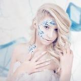 Schönheitsfrau als Schneekönigin im Winter Lizenzfreies Stockbild