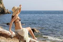 Schönheitsfrau auf dem Strand, der vorwärts auf Ferien schaut Lizenzfreie Stockfotos