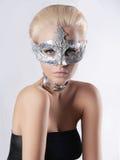Schönheitsfrau in der Folienmaske lizenzfreie stockbilder
