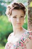 Schönheitsfrau in der Natur Stockbilder