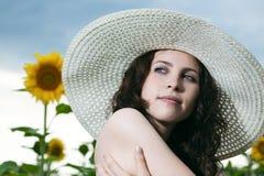Schönheitsfrau in der Sonnenblume Lizenzfreies Stockfoto