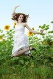 Schönheitsfrau in der Sonnenblume Stockfotografie