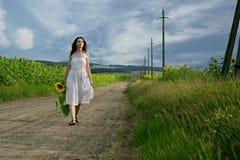 Schönheitsfrau in der Sonnenblume Stockfotos