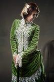Schönheitsfrau, die altes Kleid trägt Stockbilder