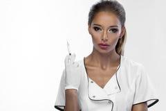 Schönheitsfrau, die in der Hand Spritze hält Stockfoto