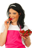 Schönheitsfrau, die Erdbeere isst Lizenzfreie Stockfotos
