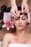 Schönheitsfrau, die Gesichtsbehandlung hat Stockbilder
